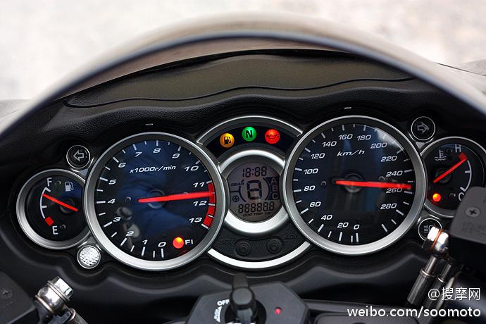 新到11款 铃木GSX1300R 隼 欧版原漆 改装吉村排气及脚踏 两套配件 图片 2